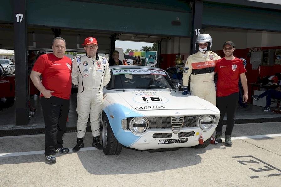 Da sinistra: il preparatore siciliano Toni Carrera, i piloti Giovanni Serio e Renato Ambrosi, il meccanico Nicola Carrera